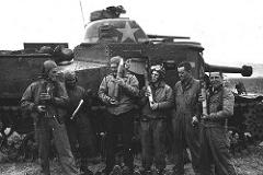 M3 Lee - Principais características: O tanque M3 Lee foi um tanque médio da Segunda Guerra Mundial utilizado nas campanhas do norte da África. Era um tanque ágil nos combates porém sua blindagem e a falta de uma arma de 75 mm o desqualificavam frente aos poderosos tanques alemães. Suas variantes eram M3A1 (Lee II), M3A2 (Lee III), M3A3 (Lee IV/Lee V), M3A4 (Lee VI), M3A5 (Grant II), M31 Veículo Recuperador de Tanques (Grant ARV I), M31B1 Veículo Recuperador de Tanque, M31B2 Veículo Recuperador de Tanque, M33 Prime Mover, Canhão de 105mm autopropelido M7 (Priest) com um canhão 105mm M1/M2 instalado em uma superestrutura aberta e uma versão desarmada por posto de observação móvel. - Blindagem: 51 mm - Velocidade: 42 km/h na estrada e 26 km/h fora de estrada - Armamento: Um M2/M3 de 75 mm no chassi de 46 tiros, 1 canhão M3 de 37 mm na torre de 178 tiros e 3 a 4 metralhadoras Browning M1919A4 de cal. .30-60 com 9,200 tiros. - Tripulação: 6