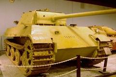 Panzer V (Panther) - Principais características: Projetado para substituir os PzKpfw III e PzKpfw IV visando superar os carros de combate russos T-34/76 e KV bem como os veículos aliados recentes. O Panther era maior e possuía melhor blindagem além de um canhão de 75 mm superando a contraparte Soviética. Foram produzidos 5.976 unidades comparadas a de seus adversários. Os T-34 russos - 65.000 unidades entre T-34/76 e T-34/85 e 49.234 Shermans norte-americanos. O Panther era um blindado poderoso e excepcional e destacava-se nos campos de batalha por possuir um alto poder de fogo a longa distância sendo muito temível a seus oponentes. - Blindagem: 16 mm (0,63 in) - 110 mm (4,3 in) - Velocidade: 55 km/h (34,2 mph) primeiras versões 46 km/h (28,6 mph) últimas versões - Armamento: Canhão Rheinmetall KwK 42 L/70 de 75 mm (3,0 in) e duas metralhadoras de 7,92 mm (0,31 in) MG34 - Tripulação: 5 - comandante, artilheiro, municiador, metralhador/rádio-operador e motorista