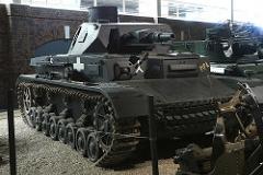 Panzer IV - Principais características: Carro de combate de médio porte de fabricação alemã e utilizado em larga escala durante a Segunda Guerra. Servi a como apoio a infantaria possuindo um canhão de 75 mm de cano curto mas incapaz de disparar contra a blindagem de outros blindados. Com a invasão da União Soviética em 1941 o Panzer IV não era páreo para combater os tanques soviéticos T-34 e o KV-1. - Blindagem: 10 a 80 mm - Velocidade: 38Km/h - Armamento: Canhão KwK 40 L/48 de 75 mm com 87 projéteis e duas metralhadoras MG34, de 7,92 mm com 3.192 projéteis. -Tripulação: