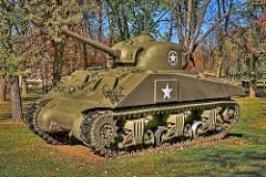 """M4 Sherman - Principais características: Considerado o principal tanque projetado pelos EUA para utilização das forças aliadas durante a Segunda Guerra Mundial. Foram construídos também veículos derivados como veículos de transporte, artilharia autopropulsada, destruidores de tanques e veículos de socorro. Tinha, dentre outras características, como ponto forte sua manobrabilidade. O Sherman era considerado o """"cavalo de batalha"""" dos americanos chegando a impressionar os oficiais alemães quanto à velocidade como eram produzidos, mas estava longe de destacar-se nos campos de batalha pois apresentava blindagem deficiente chegando a ser conhecido como """"Ronson"""" que era uma marca famosa de isqueiros, que possuía como uma de suas características a capacidade de explodir ou se incendiar com facilidade. Os americanos chegaram a considerar que necessitavam de até 15 tanques Sherman para derrotar um só tanque Panther ou Tiger alemão que possuía um canhão de 88 mm e uma ótima blindagem. <click> para saber mais..."""