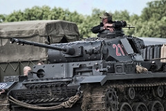 Panzer II - Principais características: Carro de combate leve empregado como solução intermediária. Foi projetado com base no modelo Panzer I. Era maior que seu antecessor e em sua torre localizava-se um canhão antitanque de 20 mm. Possuía comprimento de 4,8 m, largura de 2,2 m e altura de 2,0 metros e um motor Maybach HL-TR de seis cilindros com 140 hp. - Blindagem: 5 a 14.5mm - Velocidade: 40 km/h - Armamento: Um canhão de 20mm KwK 30 ou KwK 38 L/55 e uma metralhadora 7,62mm MG34 - Tripulação: