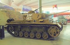 Panzer III - Principais características: Considerado um tanque médio que possuía um bom desempenho e razoável blindagem, armamento e mobilidade. Possuía 5,52 m de comprimento, 2,90 m de largura e 2,5 m de altura e um motor Maybach HL 120 TRM de 296 hp. Seu canhão de 50 mm não conseguia penetrar a blindagem do tanque Soviético T-34 a não ser utilizando um projétil com a ponta de tungstênio. Seu sucessor, o Panzer IV já vinha equipado com um canhão de 75 mm. - Blindagem: 50 mm - Velocidade: 40 km/h estrada e 19 km/h em terra - Armamento: Canhão de 50 mm e 2 metralhadoras MG34 de 7.62mm - Tripulação: Sua tripulação era constituída de 5 homens: artilheiro, carregador , comandante, operador de rádio e o motorista.