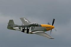 O P-51 Mustang foi um caça norte-americano construído pela North American Aviation (NAA), que mais se destacou durante a Segunda Guerra Mundial. Estima-se que 4.950 aeronaves inimigas tenham sido derrubadas pelo caça. Ao final de 1943, os P-51B e P-51D foram largamente utilizados pela Oitava Força Aérea da USAAF para escoltar bombardeiros em missões sobre a Alemanha. Pro sua vez, a RAF e a Nona Força Aérea da USAAF usavam os caças como caças-bombardeiros, ajudando a consolidar a superioridade aérea dos Aliados em 1944. O P-51 atuou também nas frentes Aliadas, no Norte da África, Mediterrâneo, Itália e contra o Japão na Guerra do Pacífico. Especificações Técnicas: Comprimento :9, 83 m, Envergadura:11, 28 m, Altura:4, 08 m Velocidade máxima 703 km/h Metralhadoras / Canhões:(P-51D) seis metralhadoras calibre .50 (12.7 mm) Foguetes: 6 ou 10 foguetes de 5' (127 mm) Bombas: 453 kg (999 lb) de bombas