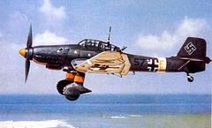 """O caça alemão Stuka foi considerado um dos bombardeiros de mergulho da Luftwaffe mais representativo da chamada blitzkrieg (termo alemão para guerra-relâmpago). Especificações técnicas: – Velocidade máxima de 380 km/h; – Teto máximo de serviço de 8000 m e raio de ação de 600 km; –Carga máxima de bombas de, aproximadamente, 1000 kg: – Principal: 250 ou 500 kg e nas asas: 50 kg; –Metralhadora de 7,92 mm; – Dimensões: 13,8 m de comprimento e envergadura de 15,2 m.; – Motor Jumo 211 D de 1200 cv. e na cabine havia dois assentos: Um para o piloto e outro para o artilheiro. Fases do mergulho: 1ª – Início do ataque a mais ou menos 5000 m; 2ª- Com ângulos entre 60º e 90º graus, dava início ao ataque alcançando uma velocidade de 600 km/h no mergulho; – A 600 metros lançava a bomba; – Após o bombardeio, iniciava a recuperação. A tripulação suportava uma força de até quatro vezes a da gravidade. – Durante a fase do mergulho este avião emitia um som de sirene (""""Trombetas de Jericó"""") que semeavam o terror entre a população civil."""