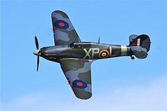 O Hurricane Hawker, foi o caça de combate mais numeroso da RAF. Foi muito utilizado nos primeiros anos da guerra. Possuía 8 metralhadoras capaz de disparar 333 projéteis, e transportava 2 bombas de 250kg e 8 foguetes. Dentre outras especificações técnicas, o Hurricane, possuía envergadura: 12,19m, comprimento: 9,72m, motor: Rolls-Royce Merlin III 12 cil., veloc. máxima: 512km/h, teto de serviço: 10.980m e alcance máximo: 740km.