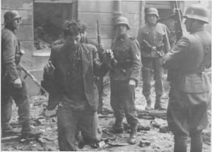 Tropas de assalto da SS capturam dois combatentes da resistência judaica no Gueto de Varsóvia.