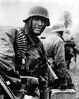 Um soldado alemão avança na contra-ofensiva em Ardenas.