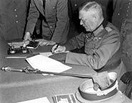 Marechal de Campo Wilhelm Keitel assina a rendição incondicional da Wehrmacht alemã na sede Soviética em Karlshorst, Berlim.