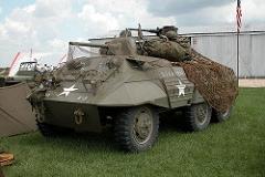 M8 Greyhound - Principais características: Foi um veículo de combate antitanque fabricado pelos Estados Unidos e construído para ser o novo caçador de tanque para substituir o M6 37 mm Gun Motor Carriage. Dentre outras características, além de sua fina blindagem, possuía um canhão de 37mm que não era páreo para a blindagem dos tanques alemães. Era equipado com um motor Hércules de 6 cilindradas com 110HP (82kW) que lhe permitia uma alta velocidade, cerca de 90 km/h na estrada e 48 km/h fora de estrada. - Blindagem: 19,1 mm - Velocidade: 90 km/h na estrada e 48 km/h fora de estrada. - Armamento: 1 Canhão 37mm M6 e 1 metralhadora calibre .50 e 1 metralhadora calibre .30 - Tripulação: 4 - Comandante, atirador, motorista e operador de rádio.