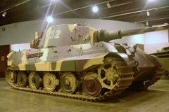 """Sd.Kfz. 182 Panzerkampfwagen VI - Tiger II - Principais características: Um dos mais poderosos tanques participantes da Segunda Guerra Mundial também chamado pelos britânicos de """"King Tiger"""". Sua blindagem permitia-lhe resistir a média e longa distância praticamente todo o arsenal blindado aliado e era completamente imune a qualquer tiro disparado por qualquer arma antitanque da época. O Tiger II era superior aos tanques russos T-34 e norte-americanos Shermans. Blindagem: 25,4 mm a 178 mm Velocidade: 41,5 km/h Armamento: Um Canhão Krupp calibre 88 mm KwK 43 L/71 e uma metralhadora MG34 (7,62 mm). Tripulação: 5: comandante, artilheiro, municiador, metralhador/rádio-operador e motorista."""