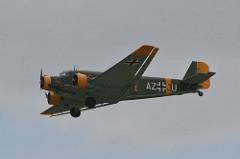 Junkers Ju 52 foi uma aeronave alemã com motor a pistão fabricado entre 1932 e 1945 pela empresa Junkers. Foi projetado para o transporte de 17 passageiros. A Junkers produziu mais de 4.000 unidades para utilização civil e militar. Durante a Segunda Guerra foi utilizado para o transporte de tropas e suprimentos para a frente Oriental (Stalingrado), ou para o norte da África (Afrika Korps). O Ju 52 participou na Operação Merkur (invasão alemã da ilha de Creta) no ano de 1941 para transportar os paraquedistas. A Operação foi considerada um sucesso mas a um custo alto pois houve muitas baixas de paraquedistas além de mais da metade de seus aviões, cerca de 493, foram danificados ou destruídos. Em função dos resultados dessa Operação, a Alemanha não realizou mais grandes ofensivas utilizando tropas aerotransportadas. Especificações Técnicas ( model: Junkers Ju 52/1m ce): Tripulação: 3 - dois pilotos e um operador de rádio, capacidade: 17 passageiros ,comprimento:18,50 m, envergadura: 29,50 m, altura:4,65 m, velocidade máxima:195 km/h, velocidade de cruzeiro:160 km/h, teto de serviço:3 400 m