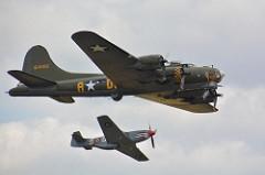 O B-17 Flying Fortress - Fortaleza Voadora foi um bombardeiro quadrimotor idealizado e construído pela empresa Boeing durante a Segunda Guerra. Foi construído a pedido das Forças aéreas dos Estados Unidos. Tinha a capacidade de causar grande destruição em alvos inimigos e , mesmo com avarias, conseguia retornar de suas missões. O B-17 era motivo de grande satisfação para os pilotos das 8ª e 15ª Frotas Aéreas norte-americanas, responsáveis pelas missões de bombardeio da Alemanha. Inicialmente a aeronave foi utilizada como bombardeio de precisão estratégico diurno de alvos civis e industriais alemães enquanto que a RAF utilizava os B-17 em missões noturnas sobre a Alemanha bem como nas etapas que antecediam ao invasão da Normandia. O objetivo era assegurar a superioridade aérea sobre fábricas, cidades e campos de batalha do continente europeu. Foi utilizado em menor número na Guerra do Pacífico. Das 1.5 milhão de bombas lançadas sobre a Alemanha, 500 mil delas foram lançadas por esse bombardeiro. Especificações técnicas: Tripulação: 10 - piloto, co-piloto, navegador, bombardeiro/artilheiro do nariz, artilheiro da torre dorsal, operador de radiotelégrafo, 2 artilheiros laterais, 1 artilheiro da torre redonda ventral e artilheiro de cauda,comprimento: 22,66 m ,envergadura: 31,62 m ,altura: 5,82 m número de motores: 4x radial turbocharged, velocidade máxima: 462 km/h (287 mph) Teto de serviço: 10 850 m (35 600 ft), armamentos: metralhadoras/canhões: 13x M2 Browning .50 de 12,7 mm (0,500 in) em 8 posições, bombas: 7 800 kg (17 200 lb) máximo de carga de bombas.