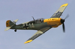 """O Messerschmitt Bf 109 foi um dos primeiros caças de combate que a Luftwaffe possuía. Sua fuselagem era toda constituída de metal com cabine fechada e trem de pouso retrátil. Foi projetado por Willy Messerschmitt e por Robert Lusser durante a década de 1930. Entrou em serviço pela primeira vez na Guerra Civil Espanhola e atuou intensamente na Segunda Guerra Mundial. O Bf 109 foi utilizado em 1940 na Batalha da Inglaterra, já o modelo Bf 109 G """"Gustav"""" operou de 1942 até o fima da guerra. A partir de 1941 foi complementado pelo Focke-Wulf FW 190. Serviu como caça de escolta para bombardeiros, caça-bombardeiro, caça de uso diurno e noturno, realizava ataques ar-solo e também como aeronave de reconhecimento. Graças a sua versatilidade e desempenho, o BF 109 foi o caça mais produzido da história, com um total de 34 984 aeronaves produzidas. Especificações Técnicas: Motor invertido V12, Velocidade máx.: 560km/h, teto de serviço: 10500m, alcance: 660km, envergadura: 9,87m, comprimento: 8,64m, altura: 2,50, armamento: 2 canhões de 20mm e 2 metralhadoras 7,9 mm e suportes para 4 bombas de 110lb ou 550lb."""