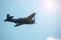 """Grumman TBF Avenger - Aeronave utilizada por aviadores da Marinha dos EUA em todo o Teatro de Operações do Pacífico durante a Segunda Guerra. Foi largamente utilizada em missões de bombardeio e de ataque ao solo. Seus pilotos o apelidaram de """"Perua Grávida"""" por apresentar uma estrutura robusta. O Avenger assumiu perigosas missões de combate, realizando investidas em baixas altitudes, diretas e em baixas velocidade contra navios carregados de armamentos anti-aéreos. Além disso, trouxe a salvo à base inúmeras tripulações. Especificações Técnicas: Envergadura: 16,5m, comprimento: 12,2m, motor: Wright R-2600-8 Double Cyclone 14 cil, radial refrigerado a ar, veloc. Ma´xima: 436 km/h, teto: 6.527m, autonomia de voo: 1955 km, armamentos: uma metralhadora de disparo frontal cal .30, uma .50 na torre traseira, uma ventral instalada na barriga da aeronave com cal .30 montada em suporte flexível, 908 kg de bombas, cargas de profundidade ou torpedos."""