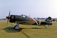 O Mitsubishi A6M Zero foi o principal caça da marinha japonesa durante toda a Segunda Guerra Mundial. Especificações técnicas:Comprimento: 9,06 m,Envergadura: 12 m e Armamento: 2 metralhadoras de 7,7mm instaladas no nariz da aeronave e 2 canhões de 20mm inseridas nas asas. O Zero também podia carregar 2 bombas de até 60kg fixas nos suportes sob as asas. Era considerável imbatível até 1943. Seu declínio foi marcado pela falta de matérias-primas em sua construção e o desenvolvimento de novas táticas implementadas pelos pilotos aliados.