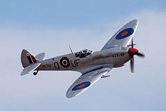 O Spitfire foi considerado o mais famoso caça de combate da RAF. Foi desenvolvido em diversas versões. Alguns modelos do Spitfire atingiam até 740km/h e eram armados com 6 metralhadoras,além de tanques suplementares de combustível que aumentavam seu alcance. Em média possuía envergadura de 11,23m, comprimento: 9,12m, veloc. ma´x.: 587km/h, teto de serviço: 10.370m e alcance máx.: 635km.