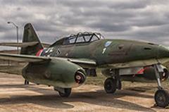 O Messerschmitt Me 262 foi o primeiro caça a jato a entrar em uso operacional no final da Segunda Guerra. Em termos tecnológicos, esse avião estava à frente da época em termos de projeto e desempenho, porém, não teve a devida prioridade, chegando tarde demais para mudar o curso da guerra. O Me 262 conseguiu ter sucesso aos numerosos bombardeiros e caças aliados. Apesar de atingir uma velocidade superior a 900 km/ carecia muito de manobrabilidade. A maioria dos Me 262 derrubados durante a guerra se perderam em combates a baixa velocidade ou quando realizavam curvas. Os únicos aviões aliados capazes de enfrentá-lo a altura seriam o inglês Gloster Meteor e o americano P-80 Shooting Star. Porém nunca os enfrentou, deixando o primeiro duelo jato versus jato para a guerra da Coréia. Entretanto, aviões como o Hawker Tempest, o Typhoon (ambos ingleses) e o P-51 Mustang americano enfrentaram-nos com êxito nos céus da europa. Especificações Técnicas: comprimento:10,60 m, envergadura: 12,60 m, altura:3,50 m, peso carregado: 6 473 kg, motor: 2 x turbojatos Junkers Jumo 004 B-1, velocidade máxima:900 km/h, alcance:1 050 km ,teto máximo:11 450 m, armamentos: metralhadoras / canhões:4 x canhões Mk 108 de 30 mm (1,18 in),foguetes: 24 x R4M de 55 mm (2,17 in),bombas:2 x de 250 kg (551 lb) ou 2 x de 500 kg (1 100 lb) no modelo A-2ª.
