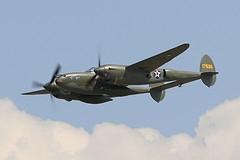 """O P-38F foi um avião desenvolvido para a United States Army Air Corps e apelidado de """"diabo rabo-de-forquilha"""" (der Gabelschwanz-Teufel) pela Luftwaffe. Foi usado com mais sucesso no Teatro de Operações do Pacífico exercendo diversas funções como de interceptação, bombardeiro de mergulho, ataque ao solo, combate noturno, reconhecimento fotográfico e em missões de evacuação."""